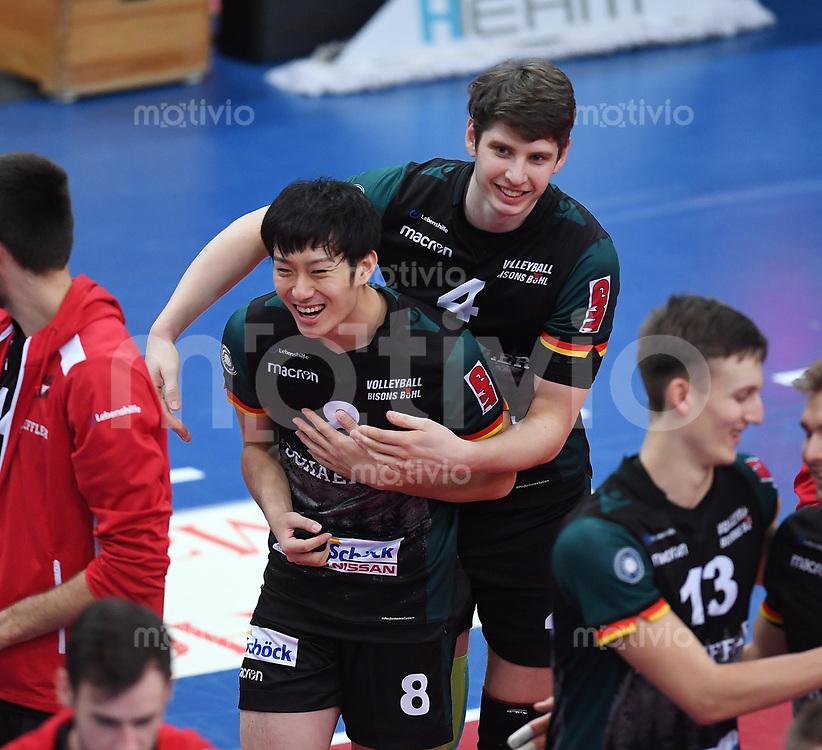 Volleyball 1. Bundesliga  Saison 2017/2018 TV Rottenburg - Volley Bisons Buehl       11.11.2017 JUBEL Volley Bisons Buehl; Masahiro Yanagida (li) umarmt von Yannick Goralik (re)