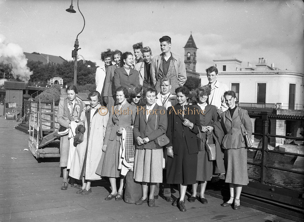 04/07/1952<br /> 07/04/1952<br /> 04 July 1952<br /> Swedish students arrive on Holiday Exchange Scheme at Dun Laoghaire, Dublin.
