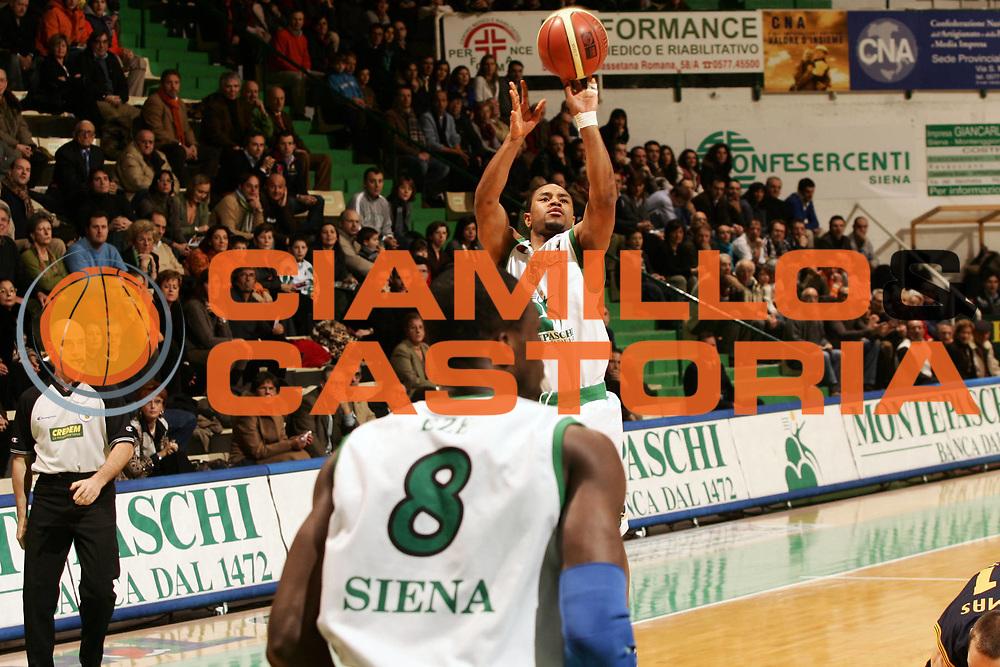 DESCRIZIONE : Siena Lega A1 2006-07 Montepaschi Siena Premiata Montegranaro <br /> GIOCATORE : Mc Intyre <br /> SQUADRA : Montepaschi Siena <br /> EVENTO : Campionato Lega A1 2006-2007 <br /> GARA : Montepaschi Siena Premiata Montegranaro <br /> DATA : 14/01/2007 <br /> CATEGORIA : Tiro <br /> SPORT : Pallacanestro <br /> AUTORE : Agenzia Ciamillo-Castoria/P.Lazzeroni