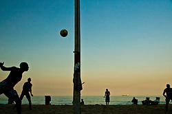 O futevolei, uma modalidade de esporte originada nas praias do Rio de Janeiro por volta de 1960. E um esporte com bola, praticado em quadra de areia com as medidas de 9 m de largura e 18 de comprimento, dividida ao meio por uma rede com 2,20 m de altura./ The Volleyball is a type of sport originated on the beaches of Rio de Janeiro around 1960. And a ball sport, played in sand court with measures 9 feet wide and 18 long, divided in half by a net 2.20 m tall.