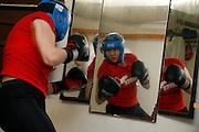 Caroline Dousse est une des rares femmes qui font de la boxe en compétition. Elle s'entraine avec Stéphane Bovet au Boxe Club de Bulle. Caroline Dousse ist eine der wenigen weiblichen Boxerinnen, die den Sport als Wettkampf betreibt. Sie trainiert mit Stéphane Bovet im Box Club von Bulle.