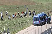 BARI, 1 AGO - Alcune centinaia di immigrati ospiti del Cara di Bari hanno bloccato strade e binari nei pressi del Centro di accoglienza per protesta contro le lungaggini burocratiche che ritarderebbero il rilascio dello status di rifugiati. I migranti hanno bloccato la Statale 16 bis in entrambe le direzioni di marcia e stanno causando disagi alla circolazione dei treni. Sul posto stanno confluendo in numero massiccio le forze dell'ordine. Cancellati dalle Ferrovie dello Stato dieci treni regionali; ritardi per sei convogli a lunga percorrenza,  nella foto carica degli immigrati