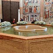 ITA/Parma/20120929- Doop prinses Luisa Irene, binnenzijde Battistero Parma, doopfontein