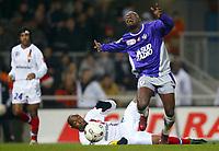 FOOTBALL - FRENCH CHAMPIONSHIP 2003/04 - 31/01/2004 - TOULOUSE FC v OLYMPIQUE LYONNAIS - ACHILLE EMANA (TOU) / CLAUDIO CACAPA (LYON) - PHOTO LAURENT BAHEUX / FLASH PRESS<br />  *** Local Caption *** 40001019