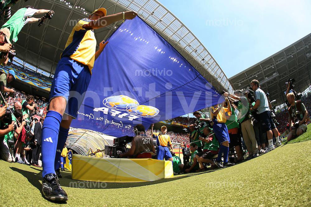 Fussball WM 2006  Gruppenspiel  Vorrunde Gruppe H  Spanien - Ukraine  Die FIFA - Fahne wird in das Leipziger Zentralstaion getragen.