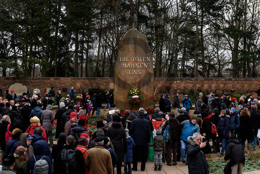 Deutschland, Berlin - 14.01.2018<br /> <br /> &Uuml;bersichtsaufnahme &uuml;ber die Gedenkst&auml;tte der Sozialisten. Mehrere Tausend Menschen erinnerten an Rosa Luxemburg und Karl Liebknecht, die im Januar 1919 w&auml;hrend des Spartakusaufstandes von Freikorpssoldaten in Berlin erschossen wurden.<br /> <br /> Germany, Berlin - 14.01.2018<br /> <br /> Overview of the Memorial of the Socialists. Several thousand people recalled Rosa Luxemburg and Karl Liebknecht, who were shot dead by Freikorp soldiers in Berlin in January 1919 during the Spartacan uprising.<br /> <br />  Foto: Markus Heine<br /> <br /> ------------------------------<br /> <br /> Ver&ouml;ffentlichung nur mit Fotografennennung, sowie gegen Honorar und Belegexemplar.<br /> <br /> Bankverbindung:<br /> IBAN: DE65660908000004437497<br /> BIC CODE: GENODE61BBB<br /> Badische Beamten Bank Karlsruhe<br /> <br /> USt-IdNr: DE291853306<br /> <br /> Please note:<br /> All rights reserved! Don't publish without copyright!<br /> <br /> Stand: 01.2018<br /> <br /> ------------------------------