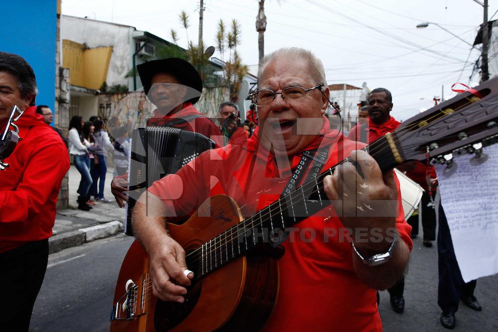 MOGI DAS CRUZES,SP,18 DE MAIO DE 2013,FESTA DO DIVINO EM MOGI DAS CRUEZES SP,A tradidicional festa do Divino levou centena de pessoas as rua da cidade de Mogi das Cruzes na grande SP na manha deste sabado (18),atracoes como a congada,rezadeiras e cavalos fizeram parte do chamado (Entrada dos Palmitos),o evento teve inicio por volta das 8h 30,FOTO:WARLEY LEITE-BRAZIL PHHOTO PRESS