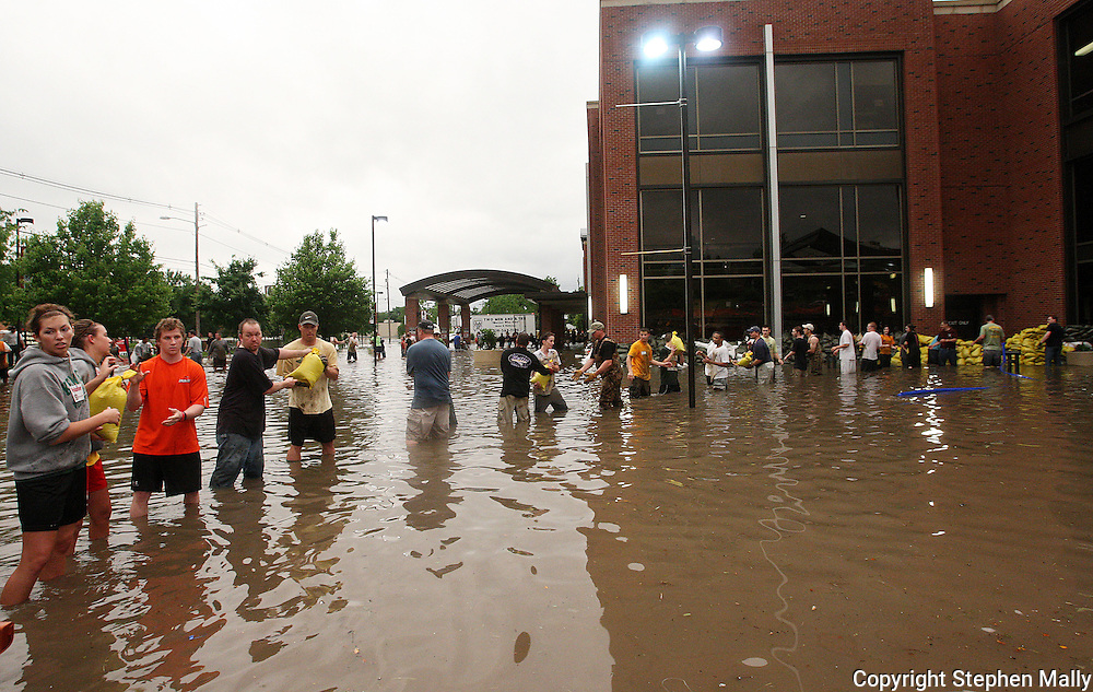 Massive flooding has covered the Midwest section of the United States. In Cedar Rapids, Iowa over 400 blocks were underwater. Other towns are now bracing for the water as it continues downstream.///Volunteers sandbag Mercy Hospital in Cedar Rapids, Iowa.