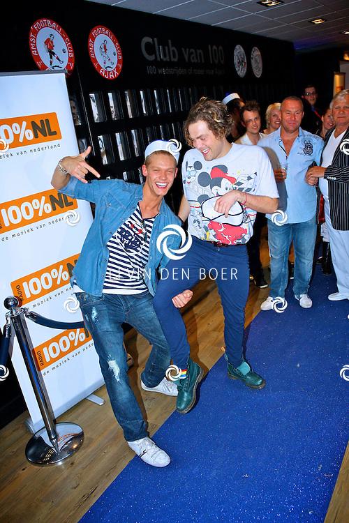 AMSTERDAM - Na het grote Toppers concert mochten de VIPS over de rode loper naar het VIP feest.  Met op de foto Ferry Doedens en Paul Turner. FOTO LEVIN DEN BOER - PERSFOTO.NU