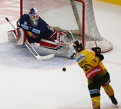 07.04.2019, Albert Schultz Halle, Wien, AUT, EBEL, Vienna Capitals vs EC Red Bull Salzburg, Halbfinale, 5. Spiel, im Bild v.l. Stephen Michalek (EC Red Bull Salzburg) und Riley Holzapfel (spusu Vienna Capitals) // during the Erste Bank Icehockey 5th semifinal match between Vienna Capitals and EC Red Bull Salzburg at the Albert Schultz Halle in Wien, Austria on 2019/04/07. EXPA Pictures © 2019, PhotoCredit: EXPA/ Thomas Haumer