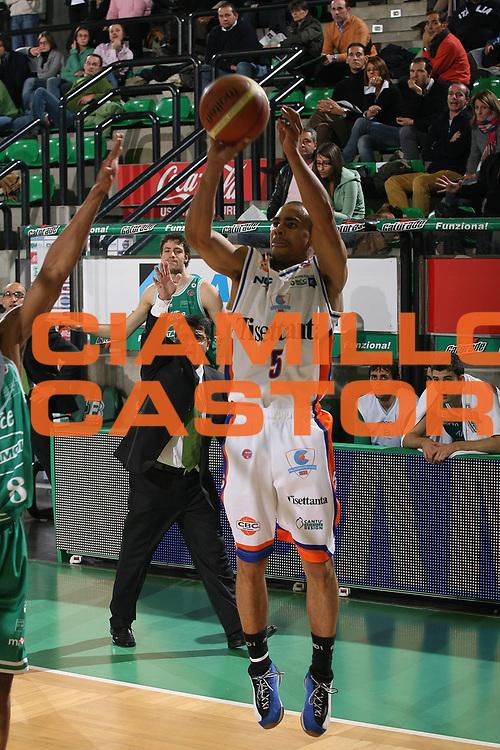DESCRIZIONE : Treviso Lega A1 2007-08 Benetton Treviso Tisettanta Cantu <br /> GIOCATORE : Dashaun Wood <br /> SQUADRA : Tisettanta Cantu<br /> EVENTO : Campionato Lega A1 2007-2008 <br /> GARA : Benetton Treviso Tisettanta Cantu <br /> DATA : 20/10/2007 <br /> CATEGORIA : Tiro<br /> SPORT : Pallacanestro <br /> AUTORE : Agenzia Ciamillo-Castoria/M.Marchi