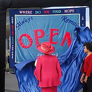 NLD/Amsterdam/20120922 - Koningin Beatrix opent het Vernieuwde Stedelijk Museum , de Koningin onthult handgeborduurd vaandel