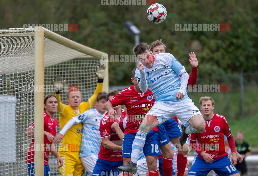 Nikolaj S. Hansen (FC Helsingør) i luften foran hjemmeholdets mål under kampen i 2. Division mellem Slagelse B&I og FC Helsingør den 6. oktober 2019 på Slagelse Stadion (Foto: Claus Birch).