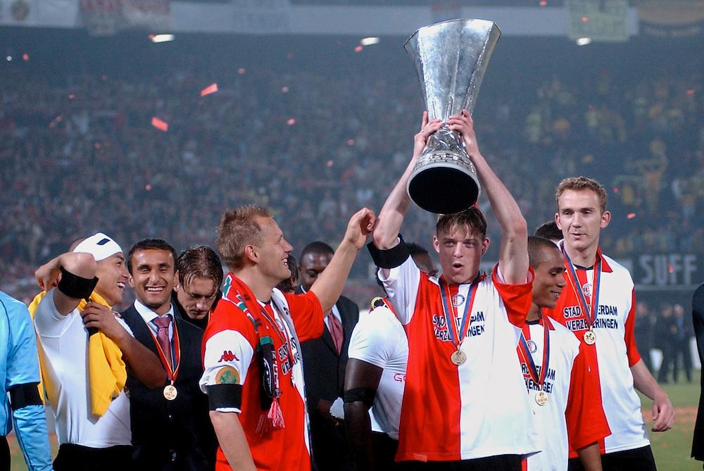 Photo: Gerrit de Heus. Rotterdam. UEFA Cup Final. Feyenoord-Borussia Dortmund. Jon Dahl Tomasson with the Cup, Tomasz Rzasa (L)