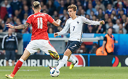 19.06.2016, Stade Pierre Mauroy, Lille, FRA, UEFA Euro, Frankreich, Schweiz vs Frankreich, Gruppe A, im Bild Valon Behrami (SUI), Antoine Griezmann (FRA) // Valon Behrami (SUI), Antoine Griezmann (FRA) during Group A match between Switzerland and France of the UEFA EURO 2016 France at the Stade Pierre Mauroy in Lille, France on 2016/06/19. EXPA Pictures © 2016, PhotoCredit: EXPA/ JFK