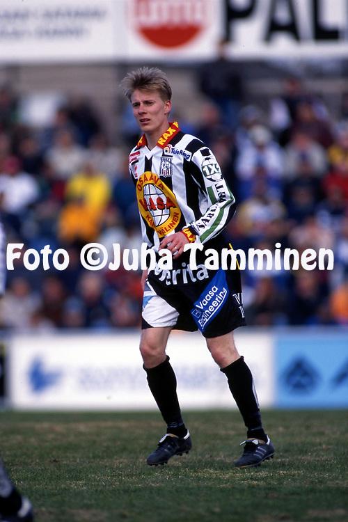 8.5.1997, Hietalahti, Vaasa.<br /> Veikkausliiga 1997.<br /> Vaasan Palloseura - FF Jaro.<br /> Timo Lahtivuori - VPS