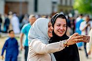 25-6-2017 -  Moslims komen samen voor het ochtendgebed in de Essalam Moskee ter afsluiting van de vastenmaand ramadan. Grote moskee gebed bij de Essalam Moskee in Rotterdam zuid Eid ul fitr. Laatste dag van de Ramadan.<br /> Suikerfeest. Dit jaar moslimgemeenschap samen vieren. Dit jaar was 29 dagen. De afsluiting wordt gevierd met het Suikerfeest. Veel moslims gaan na het gebed in de moskee bij familie op bezoek, eten zoetigheid en geven elkaar cadeaus.  ROBIN UTRECHT