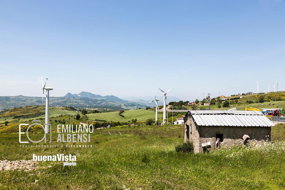 Tito, Basilicata, Italia, 23/05/2016<br /> Parco eolico nei pressi di Tito, comune a pochi chilometri da Potenza. Secondo il dossier &quot;Stop alla rinnovabili in Italia&quot; del 2015, le fonti rinnovabili hanno garantito nel 2014 oltre il 38% dei consumi elettrici <br /> <br /> Tito, Basilicata, Italy, 23/05/2016<br /> Wind farm near Tito, few kilometers far from Potenza. According to the dossier 2015 &quot;Stop the renewable in Italy&quot;, in Italy the renewable sources have secured in 2014 over 38% of electricity consumption.