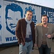 NLD/Tiel/20110207 - Persconferentie Frans Duijts concert bij de Waalkade, Frans Duijts en Machiel Hofman bij de beschilderde zee container