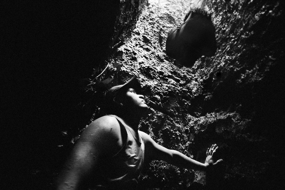 Brazil, Amazonas, Eldorado do Juma.<br /> <br /> Grota Velha, garimpeiro.<br /> Eldorado do Juma est maintenant un bidonville de plastique noir et de misere croissante sur la rive du fleuve, qui attire les prospecteurs. Des centaines d'hommes y creusent la boue sur leurs petites parcelles delimitees par des branchages et des ficelles. A la fin du jour, les plus chanceux auront trouve quelques poussieres d'or, vendues ensuite 40 reals le gramme (14,5 euros) a Apui, 65km au nord. Les plus riches du coin sont ceux et celles qui cuisinent, nettoient ou divertissent les mineurs.<br /> Il y a trop de prospecteurs pour la teneur du filon, du coup les garimpeiros s&rsquo;eparpillent sur une surface qui couvre plus de 40 hectares. Tous les mineurs dependent de l'autorisation d'une cooperative de proprietaires pour travailler. Ces proprietaires ne possedent pourtant pas de titre foncier pour justifier leur etat, ils sont simplement arriver les premiers sur les parcelles : c'est la loi de l'or.<br /> Quatre mois apres le debut de cette ruee, la plupart du minerai qui peut etre extrait manuellement a ete trouve, les mineurs qui restent sont les survivants de la rumeur. Ils n'ont souvent plus rien et esperent seulement trouver de quoi payer le voyage pour aller tenter leur chance vers d'autres terres promises.