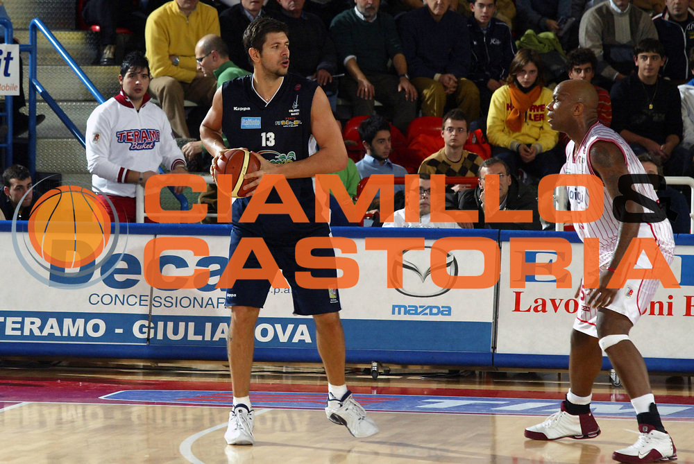 DESCRIZIONE : Teramo Lega A1 2005-06 Navigo.it Tramo Upea Capo Orlando <br /> GIOCATORE : Jelic <br /> SQUADRA : Upea Capo Orlando <br /> EVENTO : Campionato Lega A1 2005-2006 <br /> GARA : Navigo.it Tramo Upea Capo Orlando <br /> DATA : 08/01/2006 <br /> CATEGORIA : Passaggio <br /> SPORT : Pallacanestro <br /> AUTORE : Agenzia Ciamillo-Castoria/G.Ciamillo