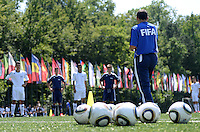 Fussball  FIFA Training 10.08.2013 Symbolbild, Trainer gibt Anweisungen