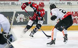 27.09.2015, Tiroler Wasserkraft Arena, Innsbruck, AUT, EBEL, HC TWK Innsbruck Die Haie vs Dornbirner Eishockey Club, 6. Runde, im Bild vl.: , John Lammers (HC TWK Innsbruck Die Haie), Michael Caruso (Dornbirner Eishockey Club) // during the Erste Bank Icehockey League 6th round match between HC TWK Innsbruck Die Haie and Dornbirner Eishockey Club at the Tiroler Wasserkraft Arena in Innsbruck, Austria on 2015/09/27. EXPA Pictures © 2015, PhotoCredit: EXPA/ Jakob Gruber