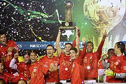Leandro Damião levanta o troféu da Recopa Sulamericana 2011 após venceer por 3x1 o Independiente, da Argentina, no Estadio Beira Rio em Porto Alegre. FOTO: Jefferson Bernardes/Preview.com