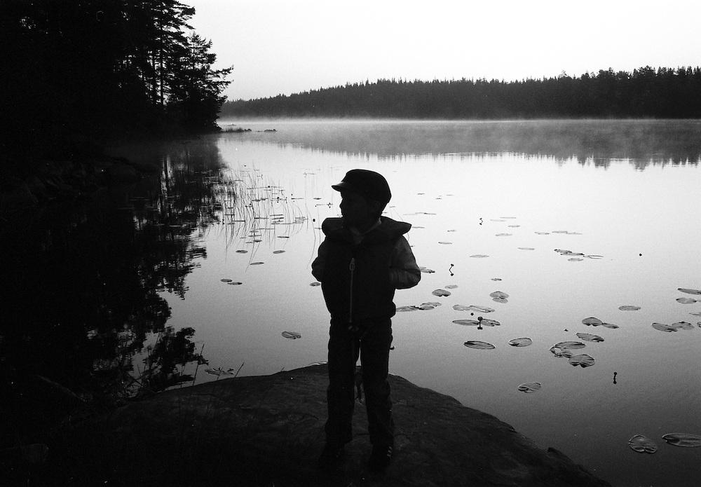 Tidig morgon vid en sjö.