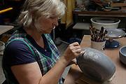 La Poterie de la Gruyère produits plus de 250 articles artisanalement avec de l'argile provenant de Suisse centrale et décorés à la main.