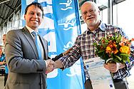 Zwemmen Amsterdam NJJK korte baan 2015 : Bestuurslid Hans van Goor (L) feliciteert Hans Ehrhard met het KNZB Bondsereteken voor 20 jaar competitieteller en Top 100 samenstellen Speedoranglijsten