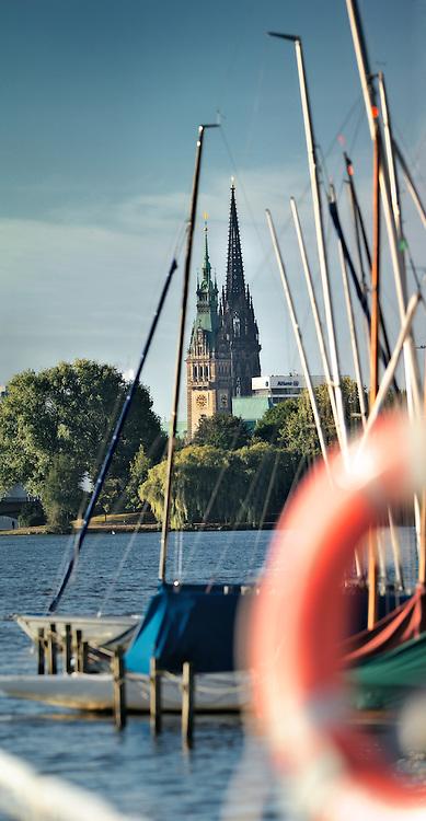 Hamburg an der Alster mit den Türmen des Rathauses und der Nicolai-Kirche