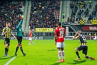 ALKMAAR - 06-02-2016, AZ - Vitesse, AFAS Stadion, 1-0, Scheidsrechter Bas Nijhuis geeft de gele kaart aan Vitesse speler Kevin Diks