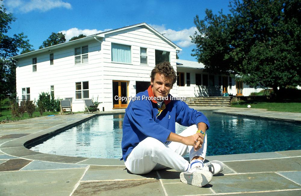880908 Tennis: Mats Wilander sitzt am Swimming Pool vor seinem Haus,Privat,.<br /> &copy; Hasenkopf-Bildbyr&aring;n- DIA