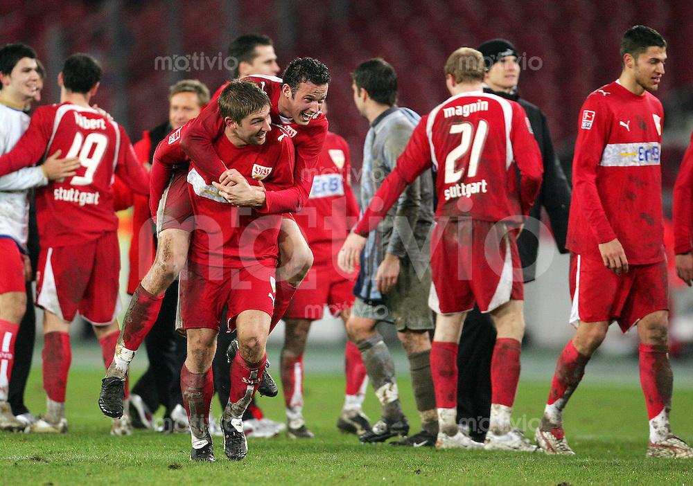 Fussball DFB-Pokal VFB Stuttgart - Hertha BSC Berlin Thomas HITZLSPERGER (unten) nimmt Marco STRELLER (beide VFB) nach Spielende jubelnd Huckepack.