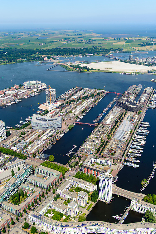 Nederland, Noord-Holland, Amsterdam, 29-06-2018; Zeeburg, Rietlandpark, voormalige Stadsrietlanden. KNSM eiland met Verbindingsdam (links), Sporenburg, Borneo-eiland, Borneolaan en Borneosteiger. Ertshaven, Entrepothaven.<br /> Former eastern port area, now residential area.<br /> <br /> luchtfoto (toeslag op standard tarieven);<br /> aerial photo (additional fee required);<br /> copyright foto/photo Siebe Swart