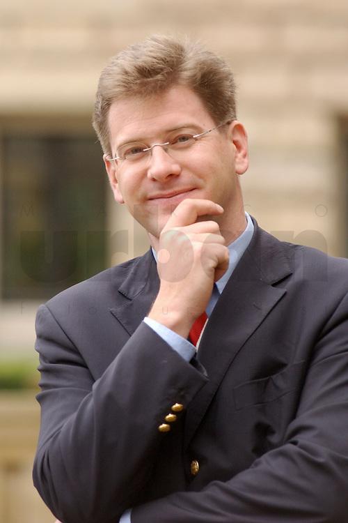 08 NOV 2002, BERLIN/GERMANY:<br /> Claus Zemke, Redakteur MDR und zukuenftiger CDU Pressesprecher<br /> IMAGE: 20021108-01-027