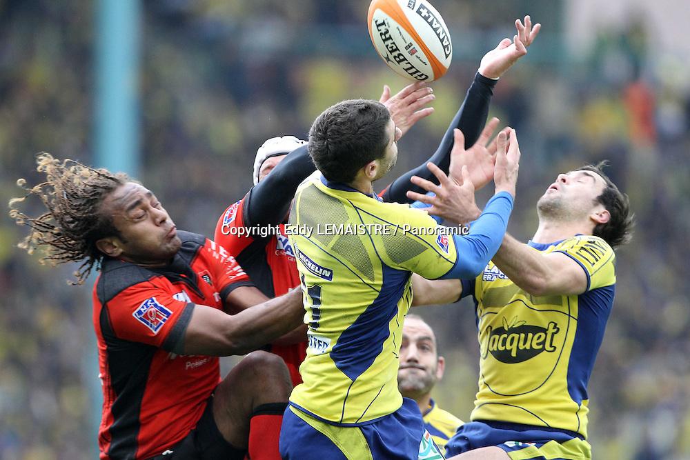 Rugby :  Clermont - Toulon  -   Gabirieli Lovobalavu (RCT) Julien Malzieu  et Morgan Parra (ASM)  - Demi Finale Top 14 -  Stade Geoffroy Guichard  - Saint Etienne - 15-05-10