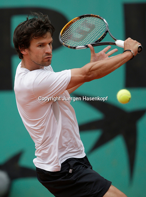 French Open 2009, Roland Garros, Paris, Frankreich,Sport, Tennis, ITF Grand Slam Tournament,.Philipp Petzschner(GER) spielt eine Rueckhand,backhand,action...Foto: Juergen Hasenkopf..
