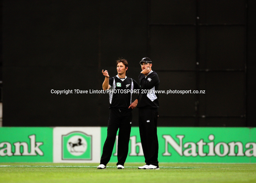 NZ bowler Shane Bond discusses tactics with captain Daniel Vettori.<br /> Fifth Chappell-Hadlee Trophy one-day international cricket match - New Zealand v Australia at Westpac Stadium, Wellington. Saturday, 13 March 2010. Photo: Dave Lintott/PHOTOSPORT