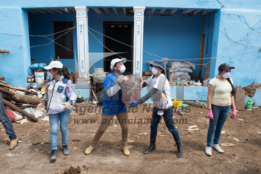 Tenancingo, México.- Habitantes y voluntarios, principalmente jovenes estudiantes, trabajan en la remoción de escombros, recuperación de pertenencias y demoliciones controladas de las multiples casas que resultaron afectadas y son consideradas inhabitables en la comunidad de San Miguel Tecomatlán, tras el sismo del pasado 19 de septiembre de 2017. Agencia MVT / Mario Vázquez de la Torre.