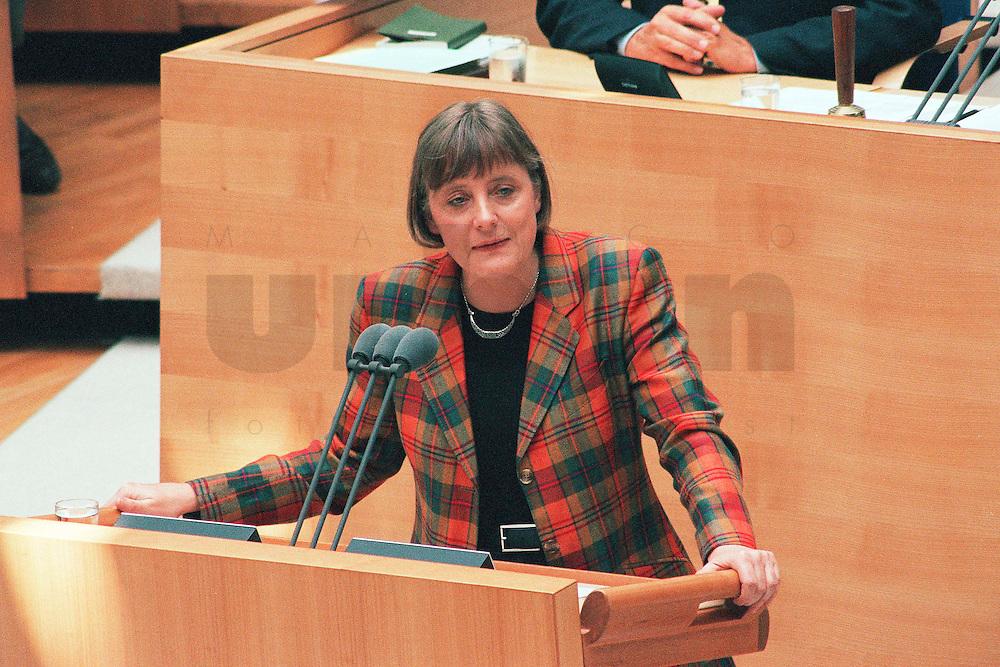 """27 MAY 1998, BERLIN/GERMANY:<br /> Angela Merkel, CDU, Bundesumweltministerin, haelt eine Rede, Bundestagsdebatte """"Stahlung bei Atomtransporten"""", Deutscher Bundestag<br /> IMAGE: 19980527-03/02-16<br /> KEYWORDS: speech"""