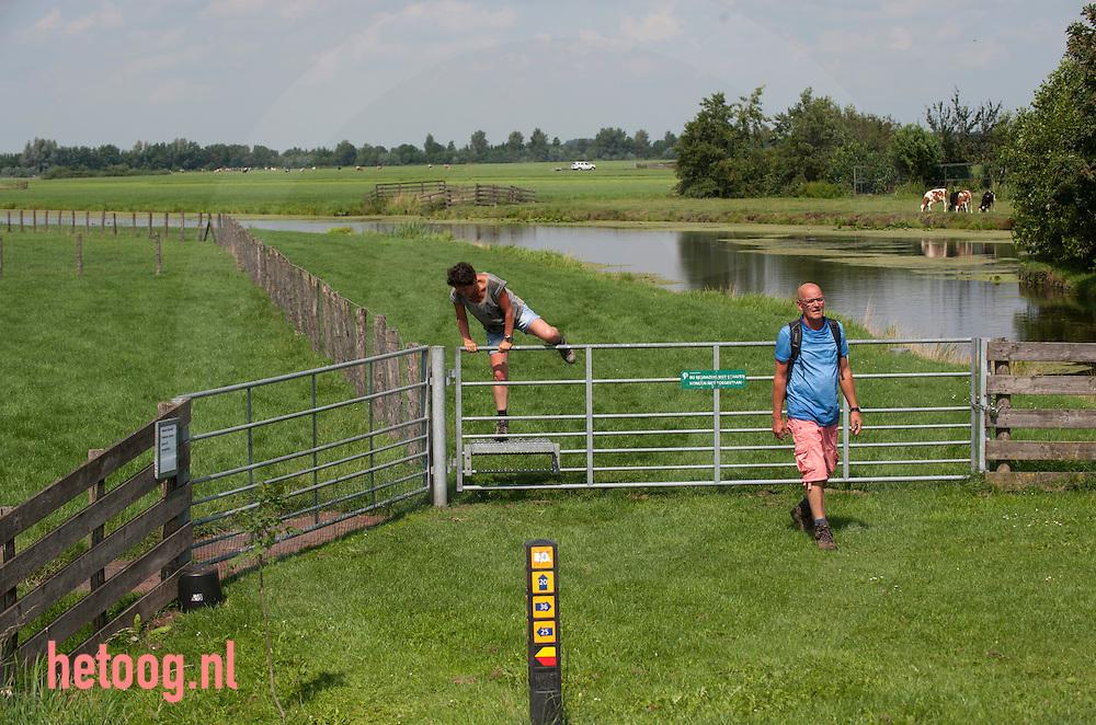 The Netherlands, Nederland 19aug2015 wandelroute / wandelaars bij Polsbroek ZH