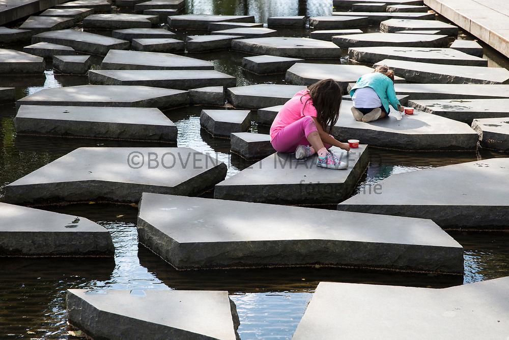 Enschede; scherven in de Roombeek, monument ter nagedachtenis  van de vuurwerkramp van 13 mei 2000