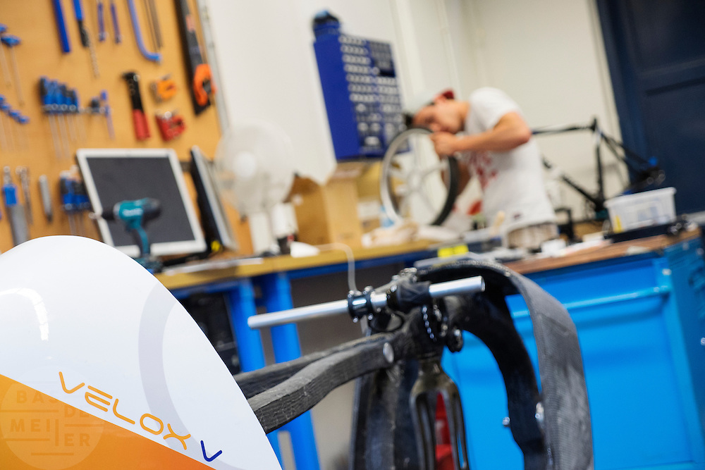 In Delft werkt het team aan de nieuwe fiets. In september wil het Human Power Team Delft en Amsterdam, dat bestaat uit studenten van de TU Delft en de VU Amsterdam, een poging doen het wereldrecord snelfietsen te verbreken, dat nu op 133,8 km/h staat tijdens de World Human Powered Speed Challenge.<br /> <br /> In Delft the team is assembling the new bike. With the special recumbent bike the Human Power Team Delft and Amsterdam, consisting of students of the TU Delft and the VU Amsterdam, also wants to set a new world record cycling in September at the World Human Powered Speed Challenge. The current speed record is 133,8 km/h.