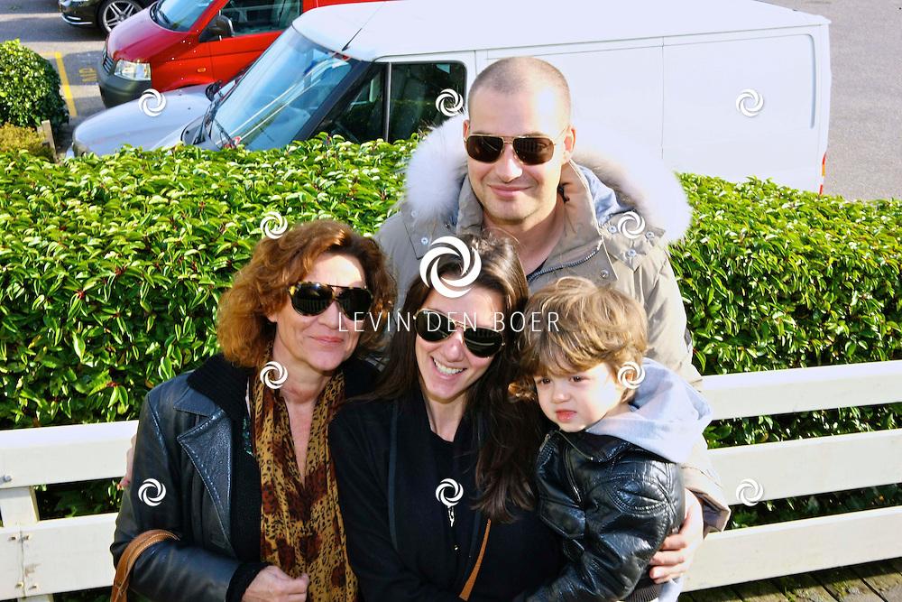 VOLENDAM - Frans Christiaan Frederiks alias Lange Frans met zijn schoonmoeder van Aalderen en vrouw Danielle van Aalderen en hun zoon Willem Frederiks. FOTO LEVIN DEN BOER - PERSFOTO.NU