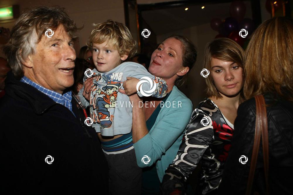 OVERVEEN - In de Orangerie waren bekende Nederlanders uitgenodigd om bij de CD Presentatie van K3 aanwezig te zijn. Met op de foto Martin Gaus en dochter Sacha met haar zoontje. FOTO LEVIN DEN BOER / PERSFOTO.NU