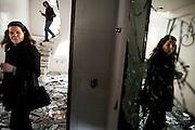 TUNISI. CITTADINI IN VISITA IN UNA DELLE VILLE SACCHEGGIATE E INCENDIATE APPARTENENTE ALLA FAMIGLIA DELL'EX PRESIDENTE BEN ALI;