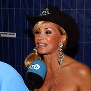 NLD/Amsterdam/20050806 - Gaypride 2005, optreden Vanessa, Conny word geinterviewd door AT5