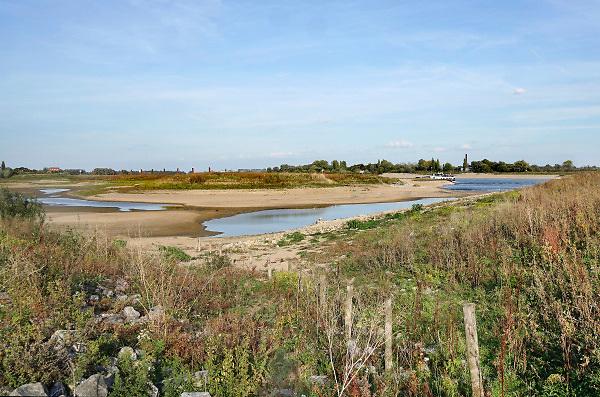 Nederland, the netherlands, Nijmegen, 16-10-2018Door de aanhoudende droogte staat het water in de rijn, ijssel en waal extreem laag . Laagterecord en de laagste officiele stand ooit bij Lobith gemeten, 6,75 m boven NAP . Schepen moeten minder lading innemen om niet te diep te komen . Hierdoor is het drukker in de smallere vaargeul . Door te weinig regenval in het stroomgebied van de rijn is het record verbroken .Foto: Flip Franssen